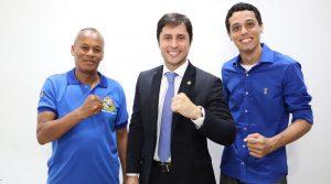 Duarte Jr entre Luís Gonçalo (à esquerda), presidente do Sindicato dos Mototaxistas de São Luís, e Júlio Canavieira, assessor jurídico da entidade