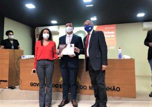 Juiz Douglas da Guia recebe certificado do secretário de Direitos Humanos, Francisco Gonçalves.