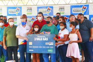 Ao lado do vice-governador Carlos Brandão e do secretário Márcio Honaiser, governador Flávio Dino entregou cartões do Vale Gás em Bacuri (Foto: Handson Chagas)